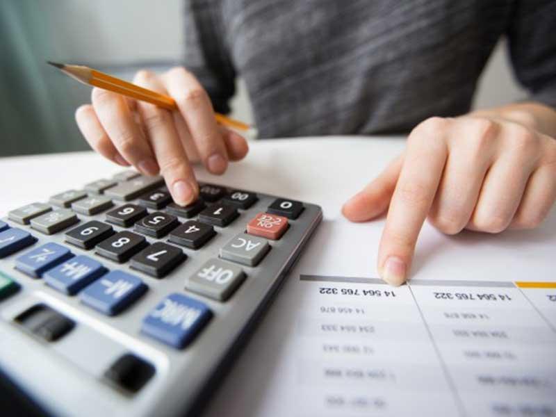 Une relance traite les clients qui ont du retard dans leurs paiements. Cela s'avère être une tâche chronophage. Donc des sociétés préfèrent transférer ce travail à un expert comptable.